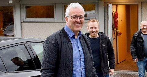 ALLE I JOBB: Ole Gunnar Fjelde (nummer tre frå venstre) er glad for at han framleis kan ha alle sine tilsette på Comrod i jobb.  Knut Sørskår og Øyvind Sørskår i Sørskår Mekaniske Verksted i bakgrunnen.