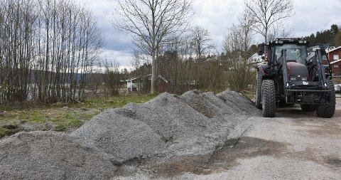 Haugevis: Denne strøgrusen har Runar Aadne fjernet fra veiene mellom Tangen skole og Grønlia. Snart skal den bli grunnlaget til en parkeringsplass. foto: Emma H. Moskvil