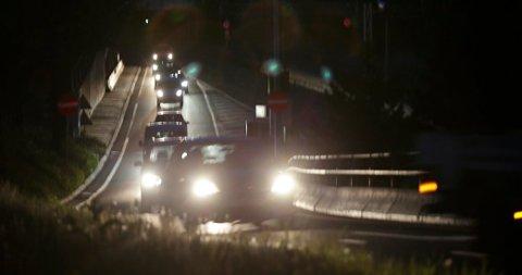 «Vi er i den aller mørkeste tiden av året, og med regn og gjenskinn i asfalten blir det ekstra vanskelig for bilister å se myke trafikanter.», skriver politiet.