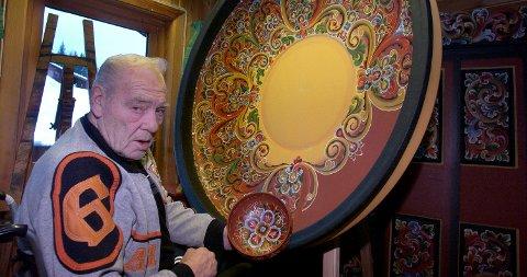 Thorleif Leiulfsrud, rosemaler med verdens største roemalte bolle.