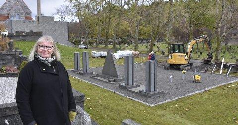 Minnelund: Den nye, navnede minnelunden ved Kirkelandet gravsted ligger rett bak kapellet og blir åpnet om få dager. – Dette er et etterspurt tiltak, sier Nora Korsnes Wårle, saksbehandler for Kristiansund kirkelige fellesråd.