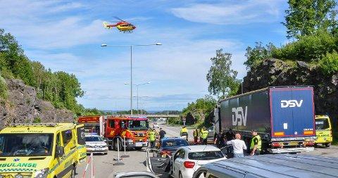 ULYKKE: Vogntogsjåføren var ikke oppmersom nok og braste inn i en stillestående kø på E18. Ti personer kom til skadet i uhellet.