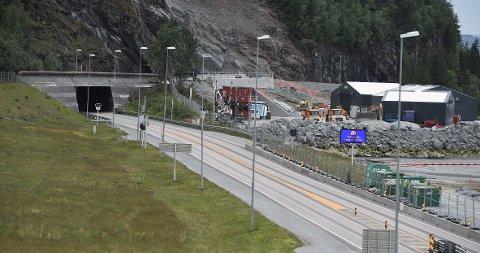 SPRENGNING GIR STENGING: Arbeidet med å lage det nye tunnelløpet i Helltunnelen er godt i gang. Når det sprenges stenges E6, og denne uka er E6-tunnelene mellom Ranheim og Stjørdal stengt totalt 60 ganger.