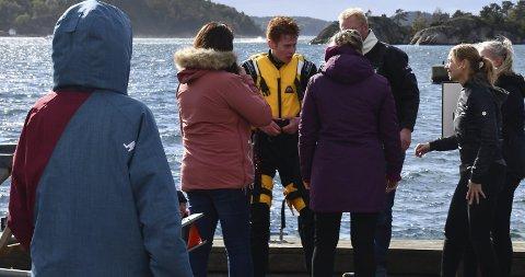 Dramatisk: Magnus Bang kjørte båten som gikk rundt under høstregattaen lørdag. Her blir han tatt hånd om etter uhellet. Både han co-pilot Bettina Lyder slapp unna uten alvorlige skader. Foto: Anne Dehli