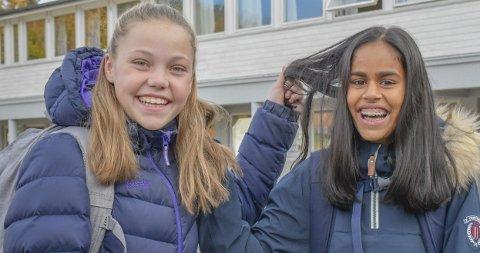 Utrolig supert gjort: Malina Rueness (t.v.) og Rebekha Lie Rueness har gitt håret sitt til en god sak, ved at det donerte håret blir brukt i parykker. Hårtap kan skyldes mange ulike sykdommer, og oppstår også kortvarig ved cellegiftbehandling av kreft. De to 12-åringene synes det er fint å tenke på at håret deres kan gjøre livet bedre for noen som trenger det. Man får ingen penger for å donere hår.Foto: Mette Urdahl