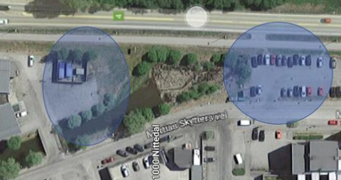 HURTIGLADERE: Selskapet Grønn Kontakt ønsker å etablere superhurtigladere like sør for Mo-sentret. Selve senteret sees til venstre i bildet. De blåmarkerte områdene er hvor de har spurt kommunen om det er noe i grunnen som vanskeliggjør etablering. Rv. 4 øverst i bildet.