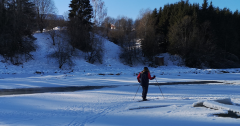 ILLELUKTENDE: Et ektepar på skitur på en bunnfrossen Nitelva kom i februar over et område der det boblet opp illeluktende væske. Varselet har siden gått fra Lillestrøm til Nittedal kommune, som igjen har varslet NRBR om forholdet.