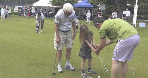 Golfkarusell:  Søndag kan barna få prøve seg i golf, og få hjelp av dyktige voksne. Foto: J.Ketil Steine/DGK