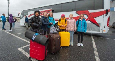 For første gang drar, fra venstre, Daniel Stenvold (12), Henny W. Lorås (11), Betzy Malén Linaker (11), Mia B. Dreyer (11), Louise Slåtsveen (11), og Astrid Bergseng (12) på reiseleir uten foreldrene på slep. Ungdommene i A-gruppa er deres forbilder og faddere på leiren. De førstegangsreisende både gleder seg og er litt spente. Her står de klare til å stige ombord på bussen som tar dem til Kristiansand.