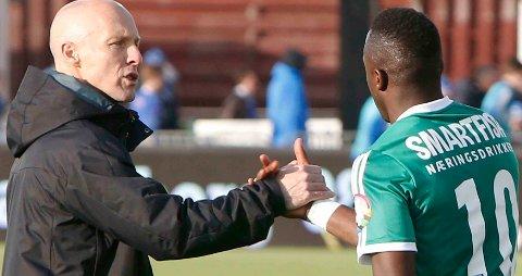 TAKK, DIO: Bob Bradley takker Adama Diomande for kampen og for målet som sørget for at Stabæk tok en ny seier.  FOTO: KNUT BJERKE