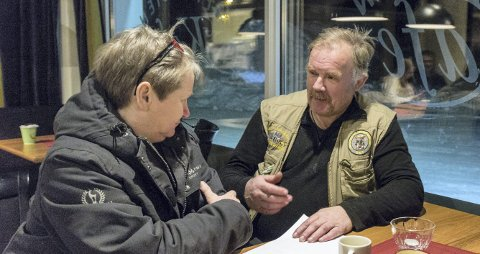 Miljøkamp: Kurt Oddekalv (t.h.) i samtale med nyvalgt leder i Norges Miljøvernforbund Nordmøre og Romsdal, Perly Grande Eikås.