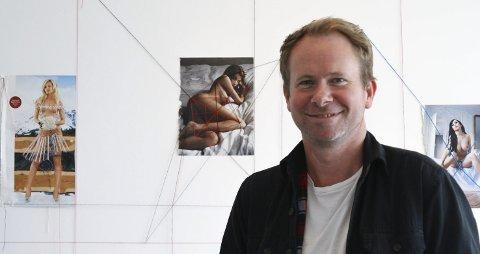 Uten en tråd: Neida. Kunster Erlend Helling-Larsen går motsatt vei, han dekker til nakenmodellene. Litt, i hvert fall.