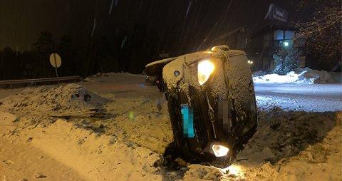 Varebilen ble liggende ved innkjøringen til Heimat. Føreren er mistenkt for kjøring i ruset tilstand.