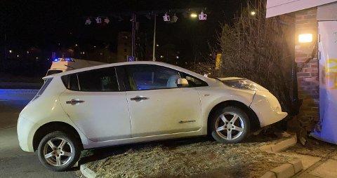 En bilist krasjet inn i en husvegg på Torshov fredag kveld. Sjåføren mistenkes for kjøring i ruspåvirket tilstand.