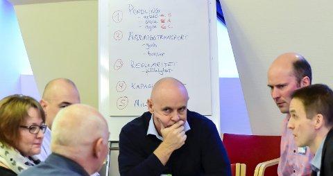 Klar prioritering: Det var ingen tvil om hva politikerne i Meløy mente måtte prioriteres da prosjektlederen for det nye samferdselskartet, Jørn Sørvig, spurte Meløy-politikerne om dette i november 2015.Foto: Johan Votvik