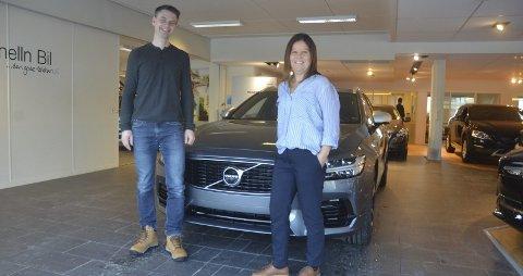 Forutsigelig: Anita Nilsen og Rune Finsveen med sin nye Volvo, deres første leasingbil. Nå gleder de seg til tre bil-økonomisk helt forutsigelige år. Foto: Jørgen Mathisen