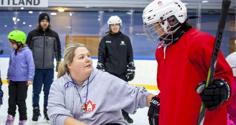 Christine Berger spiller på damelaget til BIK og har mange år bak seg som ishockeyspiller. Hun var godt fornøyd med oppmøtet og at så mange jenter kom for å prøve seg på isen.
