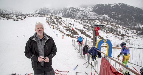 FORTVILER: I 28 år har Fredrik Tønjum vært daglig leder i Eikedalen Skisenter.  – Jeg tør ikke tenke på hva som kan skje om det kommer en sånn vinter til, sier Tønjum. FOTO: EIRIK HAGESÆTER