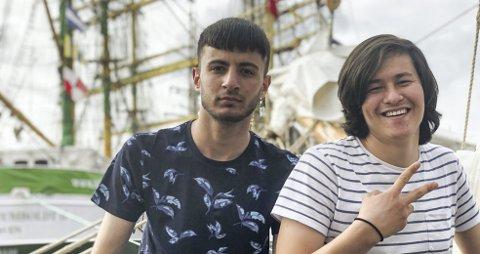 Gleder seg: Mohammed Mamo (18) og Abbas Janaq (19) gleder seg til å seile over Skagerak med den norske seilskuten Loyalty. – Jeg har lyst til å lære mer norsk, og det tror og håper jeg at jeg                          får gjort i løpet av disse dagene, sier Mamo.Foto: Amund Karseth