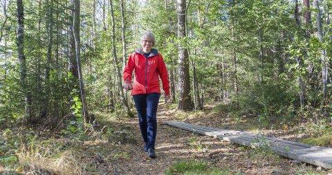 MODUM PÅ LANGS: Den 1,5 mil lange sammenhengende stien langs Modum fra Øya til Søya er kommunegartneren stolt av. – Akkurat her var det ingenting – bare krattskog. Nå går det en sti her, sier hun om dette partiet ved Haslerud mellom Øya og Delinga.