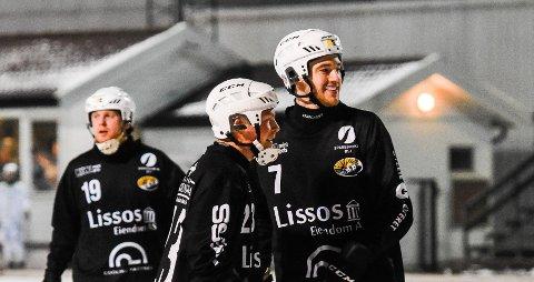 MANGE MÅL: Sondre B. Kristoffersen til høyre, Christopher Nålby til venstre. De scoret henholdsvis åtte og to mål. Bak til venstre Eirik Solberg.