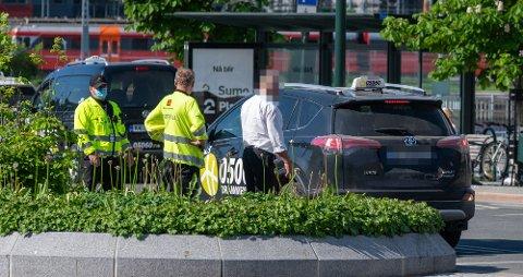 AVSKILTET: Vegvesenet i prat med taxisjåføren som fikk avskiltet sin bil under torsdagens kontroll.