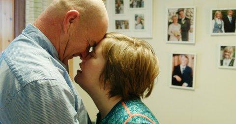 HUSKER DU MEG? Siri var 38 år gammel da hun fikk diagnosen demens. Nå bor hun i institusjon, mens ektemannen må fortsette på hverdagslivet de skulle hatt sammen.