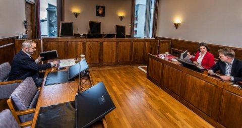 IKKE VENNLIG: Tonen mellom saksøker Bjørn Sortland (til venstre) og Racha Maktabi er alt annet enn vennlig under saken som for tiden pågår i rettssal fire i Fredrikstad tingrett.