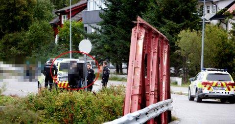 Her føres mannen inn i en politibil og kjøres vekk fra stedet. Foto: Ola Solvang