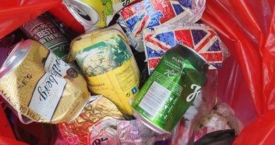 SØPPEL: Anette Mobakk er oppgitt over at det ikke går an å ha et eneste arrangement uten at søpla flyter morgenen etter. Både ølbokser og knuste flasker må plukkes opp igjen.