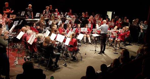 FINALE: Det var et imponerende skue i kultursalen da samtlige musikere inntok scene i storstilt finalenummer.