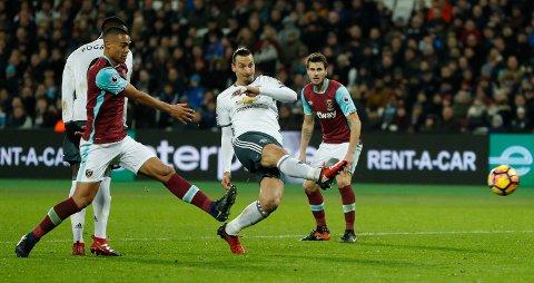0-2: Håvard Nordtveit (bak) kan ikke hindre Zlatan Ibrahimovic fra å sette spikeren i kista. Foto: Reuters / John Sibley