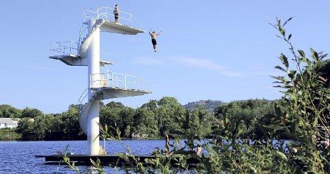 Stupetårn:  Ved Skeisvatnet er det badeplass med sandstrand og stupetårn.  Foto: Lars Kristian Gjernde