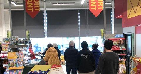 JEVN TRAFIKK: Lokal agligvarehandel opplever en rekordpåske. – Forskjellen mot tidligere er at det er en jevnere flyt innenfor hele åpningstiden, sier kjøpmann Ole Jonny Fjeldstad i Coop Extra på Aursmoen.