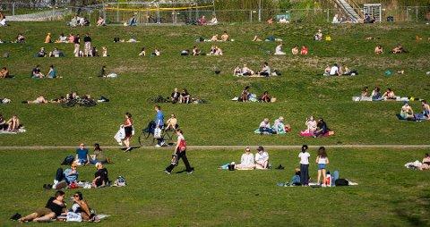 Illustrasjonsfoto: Folk er fremdeles nødt å holde avstand i parker, selv om det lettes noe på reglene.
