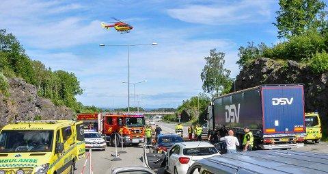 KJEDEKOLLISJON: Minst én person ble alvorlig skadet da en trailer kjørte inn i stillestående kø ved Bentsrudkrysset 12. juni. Seks personer ble fraktet til Ullevaal universitetssykehus. I alt ti ble skadet.