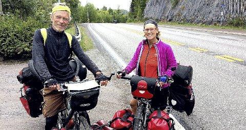 PAUSE: Ved Snekkestad tok Amaya Williams og Eric Schambion en pause på vei sørover da de møtte Jarlsbergs representant, også han på sykkel. Foto: Lars Ivar Hordnes