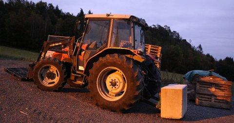 """ILLUSTRASJON: Ung mann stoppet av politiet da traktoren manglet skilt og føreren """"lappen""""."""