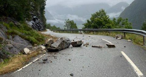 Flere store steiner kom ned i veibanen. De største steinene blir først fjernet på torsdag, men det var onsdag kveld mulig å ta seg forbi med bil.