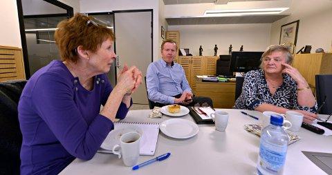Kommunetoppene ser på TV pressekonferansen med Erna Solberg om korona-tiltak Ordfører Kari Anne Sand, rådmann Wenche Grinderud og oppvekstsjef Håvard Ulfsnes  FOTO: JAN STORFOSSEN