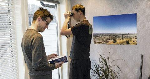 Utstyr: Fuglebok og kikkert er essensielt når man forer fugler mener ornitologene Oddvar (til venstre) og Martin