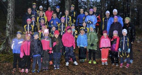 Første trening: Det var godt oppmøte da Moss Skiklubb startet med barmarkstrening for 2018-sesongen. Her er både skileikgruppa og juniorgruppa samlet ved Skihytta.Foto: Petter Andresen
