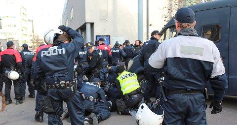 Heftig: Medlemmer av Den Nordiske Motstandbevegelsen ble arrestert ved Amfisenteret mot slutten av markeringen høsten 2018,  som virkelig fikk politiet til å mobilisere i sentrum av Moss.