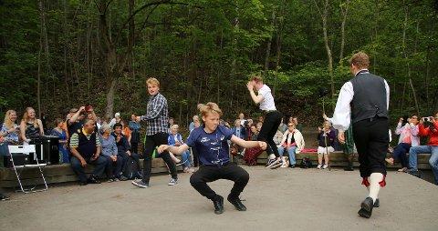 "Unge dansere fra Hallinglaget danser ""lausdans"""
