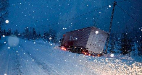 Fylkesveg 34 nord for Hov var stengt i en drøy time fra klokka 18.00 mens denne traileren ble trukket på veien igjen.