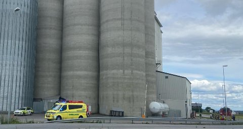 SLÅTT OVER ENDE: Natt til tirsdag bisto fabrikksjef Petter Gryttenholm brannvesenet i siloen. Han ble skadet da han ble slått overende av trykket fra eksplosjonen.