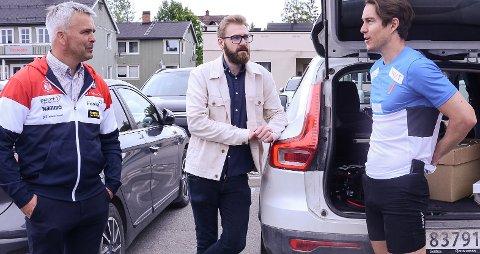 FORNØYDE: Ordførerne Bror Helgestad (t.v) og  Stian Olafsen liker planene Vetle Thyli har for Toten skifestival.