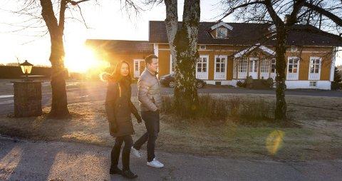 Gårdstun: Ragna Kirkeby og Haakon Huseby har hatt flere på døren som ønsker å kjøpe deler av gården. – En ønsket å kjøpe hele skogen for å bygge boliger der, men vi synes det er mer hyggelig at den brukes til turer av innbyggerne i området. I tillegg brukes den også til flisproduksjon på gården. Alle Foto: Bjørn V. Sandness
