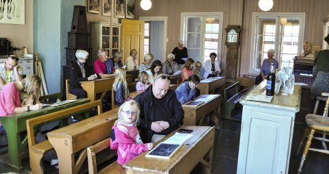 Kulturminnedagen: Mange benket seg ned i den gamle skolestuen i Herregården og fikk oppleve både sang, musikk og fortellinger fra gamle dagers skolebenker. Foto: Per Albrigtsen
