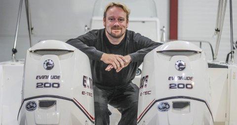 FORNØYD: Andreas Hogstad kan være fornøyd med veksten Viken Båtservice har hatt. Siden de startet opp i 2011 har omsetningen økt stadig. Nå selger de for nesten en million kroner mer enn for tre år siden og lokalene begynner å bli litt for små.